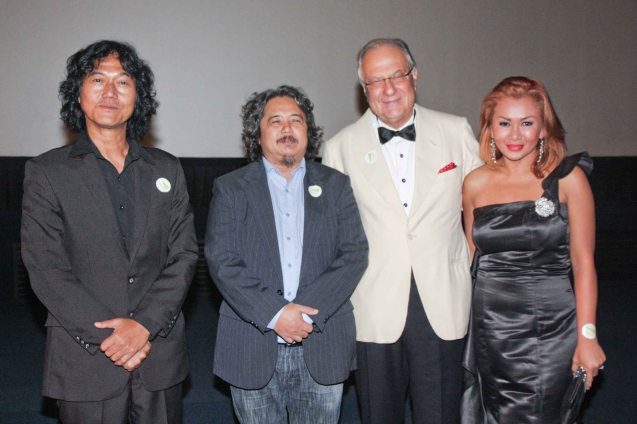 2nd from right:  Amb. Luca Fornari of Italy in (white tux) with Sheika actors from left: Perry Dizon, Director Arnel Mardoquio and Fe Ginging Hyde (actor/director). The Moviemov: Italian Film Fest rolled out the red carpet at the Ayala Museum and GB3 cinema. Photo by Jude Bautista.