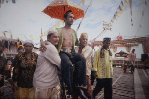 Nurjay Sahali (the groom) arrives like a sultan, carried by Bembol Roco (Basang-An) in Brillante Medoza's award winning film THY WOMB.