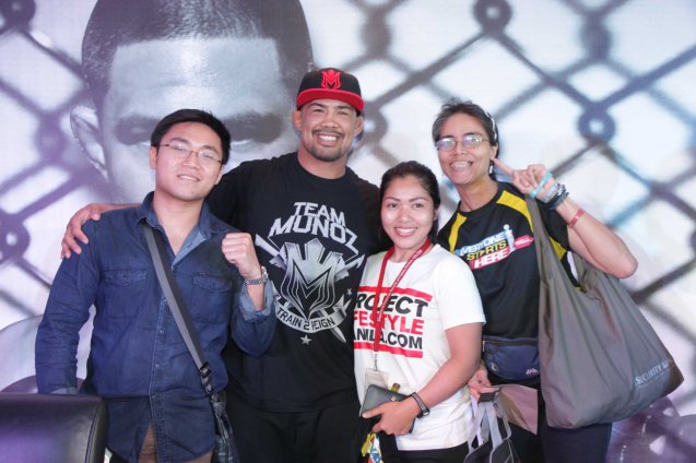 Mark 'The Filipino Wrecking Machine' Muñoz (with cap) with him from left: Raymond Varilla, Jasmine Cuizon of projectlifestyle.com and Mars Callo Pinoyfitness.com. Photo by Jude Bautista