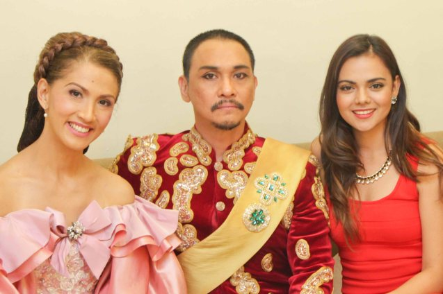 From right Ms Resorts World 2012 Ms. Photogenic Karen Gallman with King & I lead stars Nonie Buencamino (King Mongkut) and Menchu Lauchengco Yulo (Anna). The Aliw awards Best musical will run until May 2013 at the Newport Performing Arts Theater in Resorts World Manila. Photo By Jude Bautista