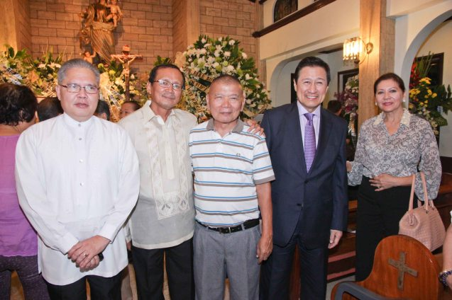 from left: SSHG Managing Partner Atty Raffy Morales, Atty Sonny Tan, Atty Pat Menzon, Atty Frank Chavez with wife Jean. Photo was taken during the wake at Sanctuario De San Jose Greenhills. Photo by Jude Bautista