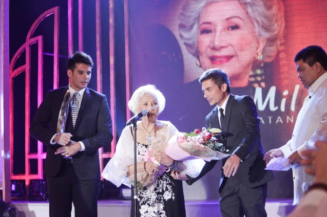 Mila Del Sol is given the NATATANGING GAWAD URIAN AWARD. She is flanked by her grandchildren from left: model John David Cruz, BAMBOO guitarist Ira Cruz and Congressman Gus Tambunting. Pic was taken during 36th URIAN awards night at the NBC tent last June 18, 2013. Photo by Jude Bautista