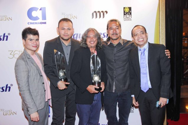 from right: Head of Cinema One and Velvet Ronald Arguelles, Perry Dizon with his director Arnel Mardoquio Best Film  (ANG PAGLALAKBAY NG MGA BITUIN SA GABING MADILIM), Best Director winner Adolf Alix Jr. (KALAYAAN) and Cinema One Creative Consultant Sherad Anthony Sanchez. Pic was taken during 36th URIAN awards night at the NBC tent last June 18, 2013. Photo by Jude Bautista