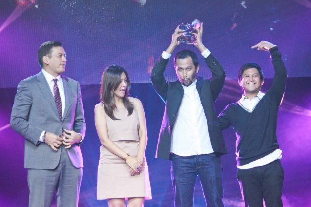 from left: SMART Wireless Consumer Division Head Charles Lim, SMART Music Marketing and Innovations Head Melissa Limcaoco presented the 1st runner up trophy to Johnoy Danao for the song KUNG DI MAN interpreted by Ney Dimaculangan. Catch the PHILPOP 2013 finalists on their mall tour in EASTWOOD Central Plaza (Aug 9), LUCKY CHINATOWN Atrium (Aug 17) and VENICE PIAZZA at McKinley Hill (Aug 18). Photo by Jude Bautista
