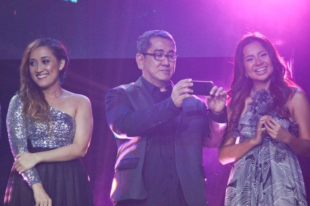 PANSAMANTAGAL composer Jungee Marcelo shoots the spectacle w his iphone5 with him are Sitti Navarro (right) and Julianne Tarroja (left). Catch the PHILPOP 2013 finalists on their mall tour in EASTWOOD Central Plaza (Aug 9), LUCKY CHINATOWN Atrium (Aug 17) and VENICE PIAZZA at McKinley Hill (Aug 18). Photo by Jude Bautista