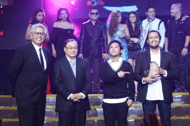 from left: Phil Pop Exec Dir. Ryan Cayabyab, Phil Pop Chairman Manny V. Pangilinan, Ney Dimaculangan, 1st Runner Up awardee Johnoy Danao (Kung Di man). Catch the PHILPOP 2013 finalists on their mall tour in EASTWOOD Central Plaza (Aug 9), LUCKY CHINATOWN Atrium (Aug 17) and VENICE PIAZZA at McKinley Hill (Aug 18). Photo by Jude Bautista