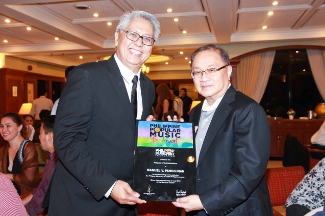 from left: Phil Pop Exec. Dir Ryan Cayabyab presents PLDT and SMART Chairman Manny V Pangilinan a plaque of appreciation. Catch the PHILPOP 2013 finalists on their mall tour in EASTWOOD Central Plaza (Aug 9), LUCKY CHINATOWN Atrium (Aug 17) and VENICE PIAZZA at McKinley Hill (Aug 18). Photo by Jude Bautista
