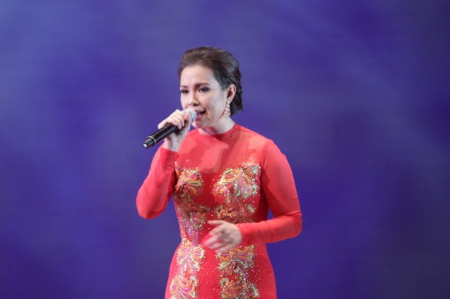 Lea Salonga opens with NAIS KO written and composed by Ryan Cayabyab and originally sung by Basil Valdez. THE LEGENDS AND THE CLASSICS ENCORE was held at the CCP last Oct 12, 2013. LEA SALONGA also has her anniversary concert PLAYLIST A CELEBRATION OF 35 YEARS Dec 6 & 7, 2013 PICC Plenary Hall. Photo by Jude Bautista