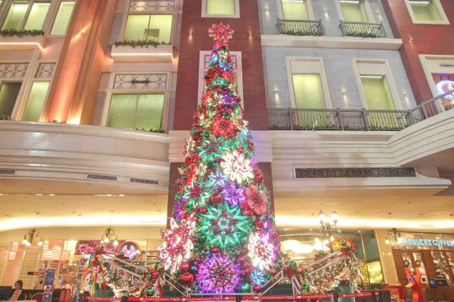 The RWM Plaza Christmas Tree is also a great photo subject. Photo by Jude Bautista