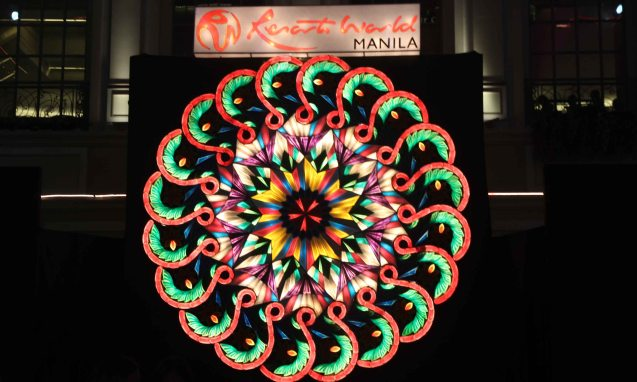 The Biggest Indoor Parol in Metro Manila is in Resort's World Manila.  It's a free light and sound show every 30 minutes from 6:30 PM to 11 PM daily until January 5, 2014. Photo by Jude Bautista