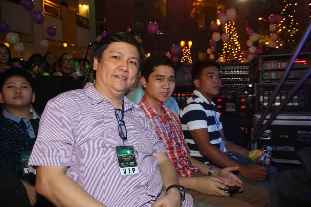 (left) Talent manager Manny Valera enjoyed the performers at the Eastwood City New Year Countdown to 2014, December 31 at the Eastwood Mall Open Park. Photo by Jude Bautista