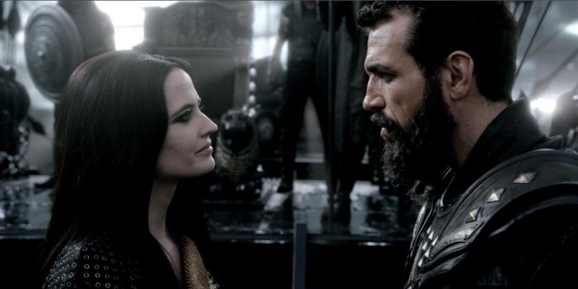 Artemisia (Eva Green) terrifies General Kashani (Christopher Sciueref). Photo from official website: http://www.300themovie.com/ 300 RISE OF AN EMPIRE opens on March 7, 2014 at Resort's World Manila, Lucky Chinatown Mall, Shang Rila Cineplex /East Wing and Eastwood Mall running now.