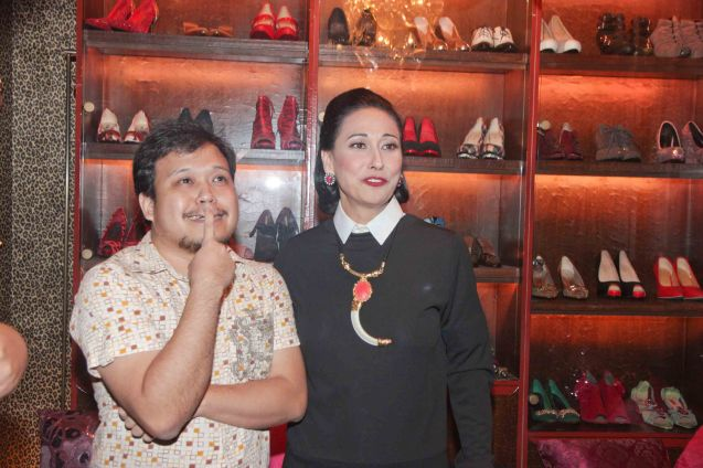 Manila Bulletin sub editor Ronald Lim and Cherie Gil are photographed in Salon De Ning, The Peninsula Manila. Cherie plays style doyenne Diana Vreeland in FULL GALLOP by MY OWN MANN Prod. running from March 14-23, 2014 at the Carlos P Romulo Auditorium, RCBC Plaza. Photo by Jude Bautista