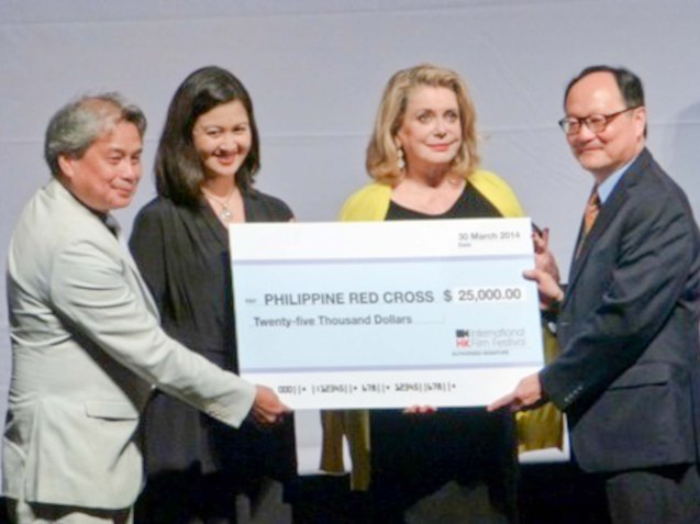 FDCP Chairman Briccio Santos and acting Philippine Consul General Ms. Rosanna Villamor-Voogel (1st and 2nd from left, respectively) accept the donation from HKIFF Executive Director Roger Garcia and Ms. Catherine Deneuve (1st and 2nd from right, respectively). Photo provided by FDCP.
