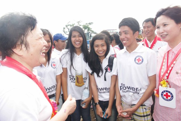 far left Red Cross (China) EVP & Intl Red Cross VP Dr. Baige Zhao and far right Red Cross (HK) Deputy Chair Mdme Ivy Wu Kwok Sau-ping with Red Cross volunteers. Photo taken last February 10, 2014 in Tacloban, Leyte by Jude Bautista.