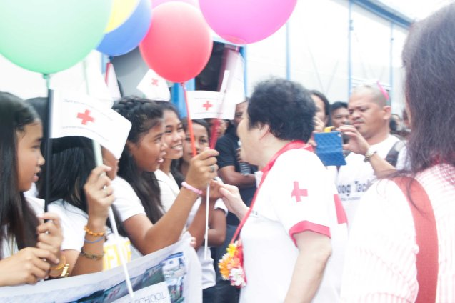 Red Cross (China) EVP & Intl Red Cross VP Dr. Baige Zhao talks to kids. Photo taken last February 10, 2014 in Tacloban, Leyte by Jude Bautista.