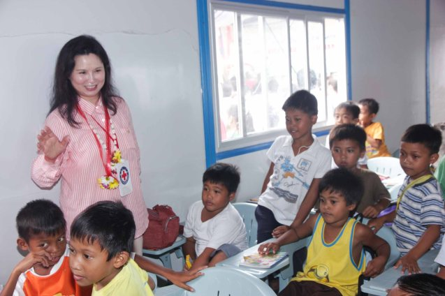 Red Cross (HK) Deputy Chair Madame Ivy Wu Kwok Sau-ping spends time with kids from San Jose Central School in Tacloban. Photo taken last February 10, 2014 in Tacloban, Leyte by Jude Bautista.
