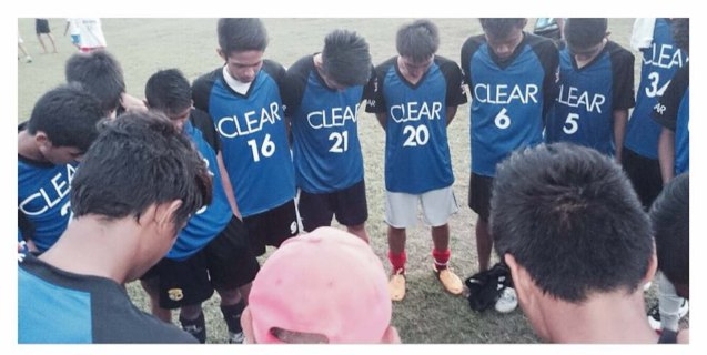 Young amateur footballers from around the country were selected to play with Manchester United legends. Photo from official CLEAR facebook page. https://www.facebook.com/ClearPH?fref=photo