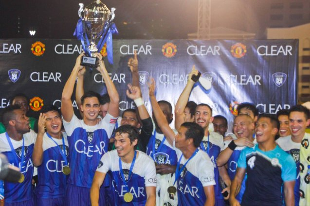 James Younghusband lifts the CEAR DEAM MATCH Trophy after a tough series. THE CLEAR DREAM MATCH was held at the sold out University of Makati Stadium last June 7, 2014. Photo by Jude Bautista