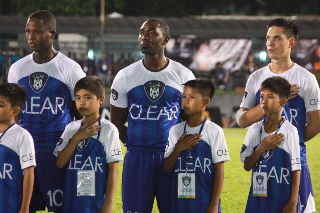 TEAM JAMES Players from left: Izzo El Habib, Andy Cole and Simon Greatwich with kids from Tuloy Foundation. Ticket sales of the CLEAR DREAM MATCH benefitted the Tuloy Foundation founded by DON BOSCO, which aims to help street kids be integrated to mainstream society.