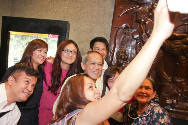Sheenly Gener shoots a selfie with lead cast and friends. PAHIMAKAS SA ISANG AHENTE (DEATH OF A SALESMAN) of Tanghalang Pilipino runs from September 26 to October 19, 2014 at the Tanghalang Huseng Batute Theater, CCP. Photo by Jude Bautista