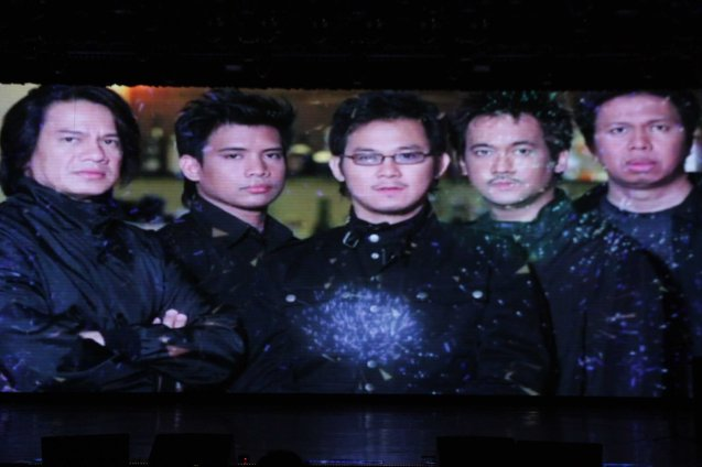 SIDE A was given the Dangal Ng Musikang Pilipino Award. The 27th Awit Awards was held at the Newport Performing Arts Theater, Resort's World Manila last December 12, 2014.