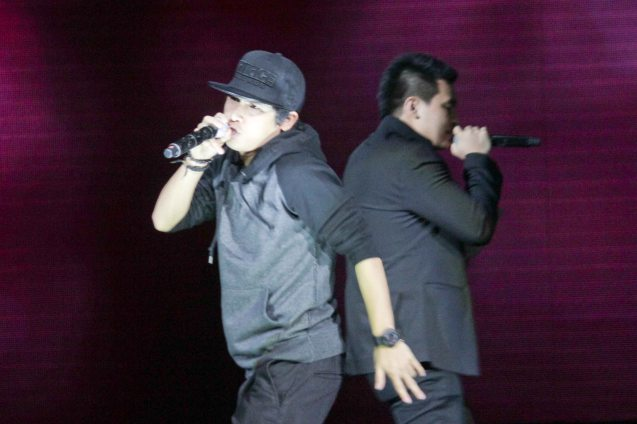 from left: Abra and Thyro Alfaro performed GAYUMA. The 27th Awit Awards was held at the Newport Performing Arts Theater, Resort's World Manila last December 12, 2014. Photo by Jude Bautista