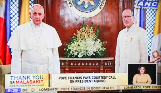 from left: Pope Francis poses with President Noynoy Aquino in Malacañang Palace January 16, 2015.