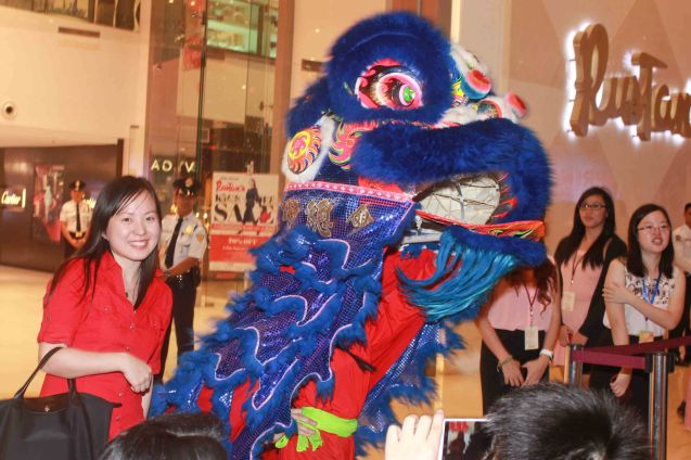 Confucius Institute Coordinator Diana Dee with Lion Dancer. Watch THE GRANDMASTER (starring Zhang Zhi Yi&Tony Leung), animation film THE LEGEND OF KUNG FU RABBIT and other Chinese films for free in Spring Film Festival at Shang Cineplex, Shang Rila Plaza Mall from Feb 13-22, 2015. Photo by Jude Bautista