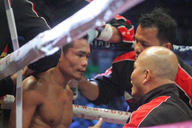 Trainer Edmond Villamor tells Donnie to be more patient. PINOY PRIDE 30 D-Day was held at the SMART Araneta Coliseum last March 28, 2015. Photo by Jude Bautista
