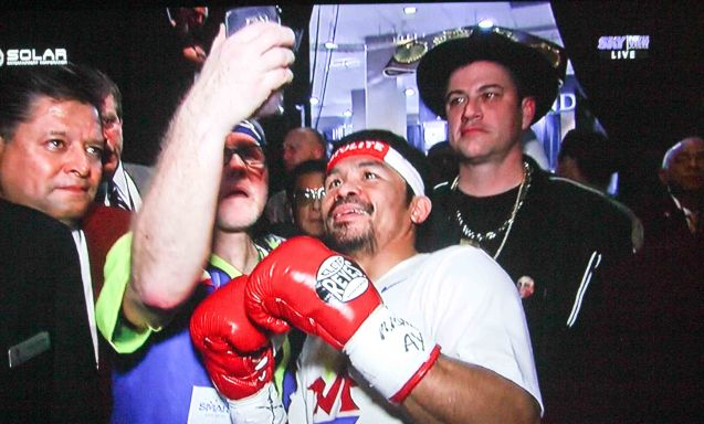 Shooting selfie w Jimmy Kimmel behind them, BOTH Coach Freddie Roach and Manny Pacquiao are endorsers of SAMSUNG Galaxy S6. Manny has also experienced virtual reality through SAMSUNG Gear VR.