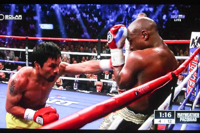 Floyd turtles up in the 4th round as Pacquiao's left hand gets through