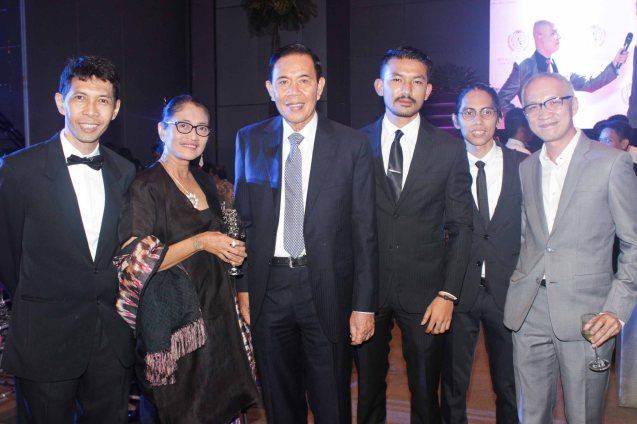 3rd from left: Indonesian Amb. Johny J. Lumintang with Main Competition Best Ensemble Performance winner FILOSOFI KOPI from left: Producer Handoko Hendroyono, Cast Jajang C. Noer, Rio Dewanto, director Angga Dwimas Sasongko and Achipelago Intl. Film Festival Director John Badalu. The World Premieres Film Festival Phil features 70 films from over 35 countries along with the Filipino New Cinema competition. It is currently the most prestigious international film fest in the Philippines. Photo by Jude Bautista