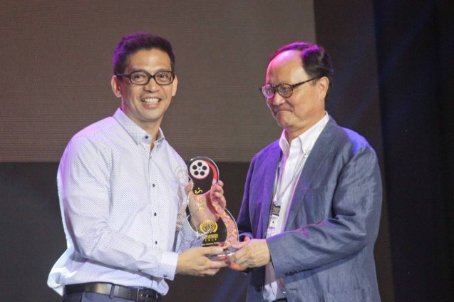 from left: FILEMON MAMON director Will Fredo receives Filipino New Cinema Best Musical Score award from juror Roger Garcia. The World Premieres Film Festival Phil features 70 films from over 35 countries along with the Filipino New Cinema competition. It is currently the most prestigious international film fest in the Philippines. Photo by Jude Bautista