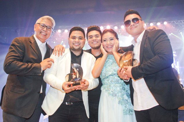 from left: PhilPOP Exec Dir Ryan Cayabyab, 1st R. Up Davey Langit (PARATINGIN MO NA SIYA), Grand prize winners- Jeric Medina, Yumi Lacsamana & Thyro Alfaro (TRIANGULO). The PhilPOP 2015 Finals Night was held at the MERALCO THEATER last July 25, 2015. Photo by Jude Bautista