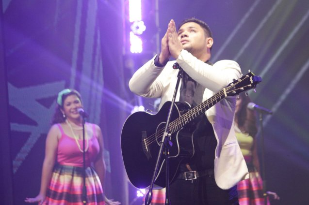 1st R. Up Davey Langit (PARATINGIN MO NA SIYA) backed up by BAIHANA. The PhilPOP 2015 Finals Night was held at the MERALCO THEATER last July 25, 2015. Photo by Jude Bautista