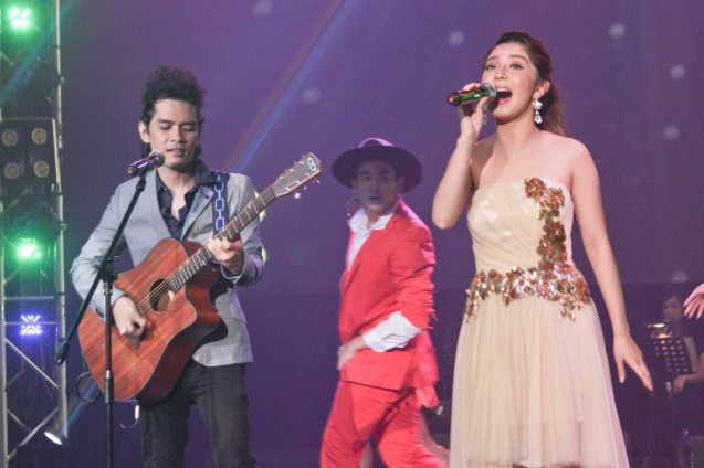 Donnalyn Bartolome sings with Ramiru Mataro who wrote WALANG HANGGAN. The PhilPOP 2015 Finals Night was held at the MERALCO THEATER last July 25, 2015. Photo by Jude Bautista