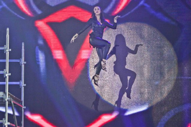 Yassi Pressman floated 30 feet above stage. She & Josh Padilla performed EDGE OF THE WORLD by Johann Garcia, which won Best Musc Video (100k Prize). The PhilPOP 2015 Finals Night was held at the MERALCO THEATER last July 25, 2015. Photo by Jude Bautista