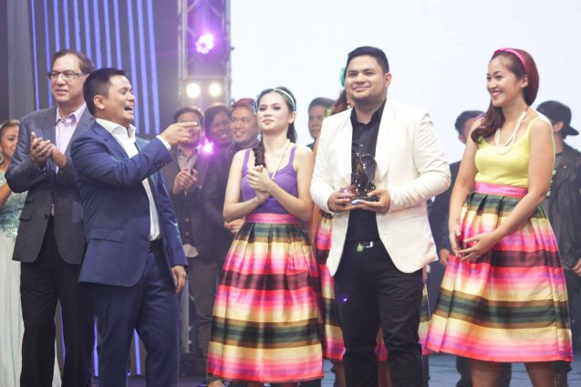 from left: Metro Pacific Investments Pres. & CEO Jose Ma. K. Lim, OPM Pres. Ogie Alcasid, Davey Langit (PARATINGIN MO NA SIYA) w 1st runner up prize is flanked by BAIHANA.