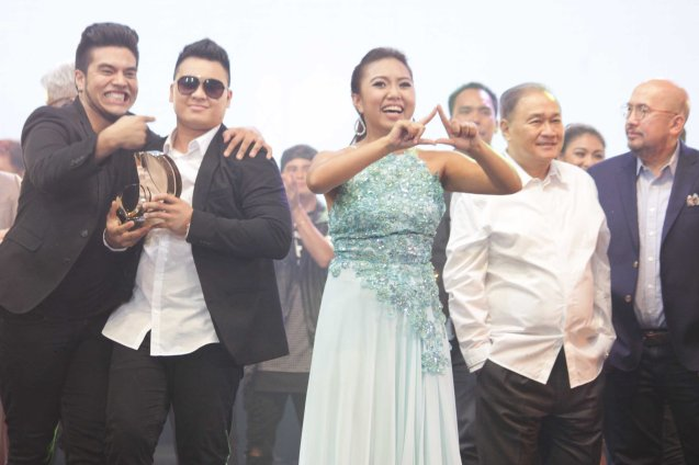 from right: VIVA Chairman & CEO Vic Del Rosario, PLDT and SMART Chairman Manny V. Pangilinan are beside PhilPOP 1M Grand Prizewinners Yumi Lacsamana & Thyro Alfaro (TRIANGULO) & Jeric Medina. The PhilPOP 2015 Finals Night was held at the MERALCO THEATER last July 25, 2015. Photo by Jude Bautista