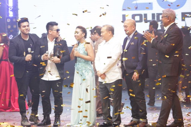 from right: PhilPOP Exec Dir Ryan Cayabyab, VIVA Pres. & CEO Vic Del Rosario, PLDT & SMART Chairman Manny V Pangilinan, 1M Grand prize winners Yumi, Thyro & Jeric Medina. The PhilPOP 2015 Finals Night was held at the MERALCO THEATER last July 25, 2015. Photo by Jude Bautista