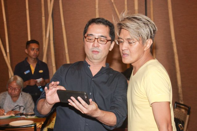 from left: Director Rem Zamora shows his ALDUB tweets to Vincent De Jesus. DEMENTED, DELIGHTFUL, DERANGED DE JESUS is part of the TRIPLE THREATS series. It was held last September 24, 2015 at the CCP's Tanghalang Aurelio Tolentino. Photo by Jude Bautista