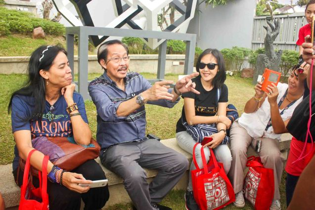 Ramon Orlina enjoys chatting with writers left Mars Callo & Ruth Floresca. CLEAR IMPRESSIONS: AN EXHIBIT OF RECENT CLEAR OPTICAL GLASS runs at the Reflections Gallery, Museo Orlina from November 30, 2015 to January 16, 2016. Photo by Jude Bautista