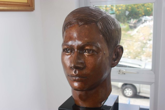 "PIOLO'S HEAD (37 x 25 x 16 cm) Carved bronze with honey patina 2013. Piolo a UST alumnus was Ramon's choice to personify ""the student"" in QUATTROMONDIAL MONUMENT. This is one of many works in Museo Orlina. Photo by Jude Bautista"