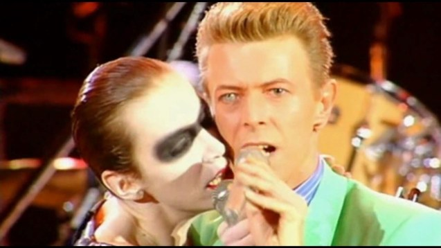 David Bowie & Annie Lennox had an unforgettable duet UNDER PRESSURE. This was the highlight of the Freddie Mercury tribute concert at Wembley Stadium in 1992.