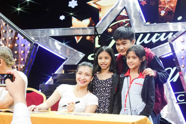 Monica Cuenco poses with young fans. BITUING WALANG NINGNING is running at the Newport Performing Arts Theater, Resorts World Manila until January 31, 2016. Photo by Jude Bautista