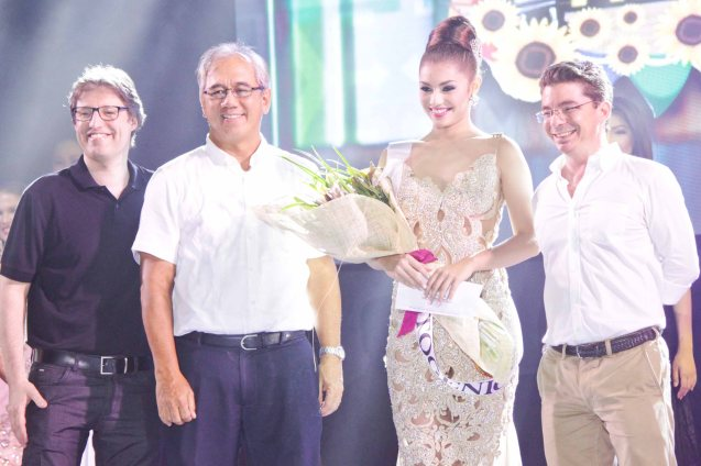 #13 Cynthia Thomalla-SINULOG FESTIVAL is awarded Miss Photogenic from left: Hotel Jen GM Edward Kollmer, MBC Pres. Ruperto Nicdao Jr. and MBC VP for Sales Promos & Events Santi Elizalde. ALIWAN held last April 14-16, 2016, is the Grand Festival of Champions showing the best of Philippine Fiestas from around the country. There are three main activities: Reyna Ng Aliwan Pageant, Street Dance and Float Competition.  It culminates in a grand parade from Quirino Grandstand going through Roxas Blvd to the Aliw Theater grounds in CCP. Photo By Jude Bautista