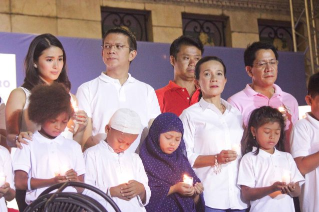 Sen. Grace Poe 2nd from right: Cong. Roman Romulo, Cong. Win Gatchalian, Sen. Chiz Escudero and Heart Evangelista with children pray for an honest and peaceful elections. The Partido Galing at Puso Miting De Avance was held at Plaza Miranda, Quiapo, Manila last May 7, 2016. Photo by Jude Bautista